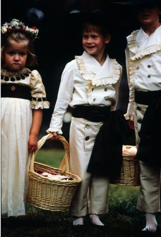 Фото №5 - Чужой во дворце: почему семья Дианы всегда была ближе Гарри, чем Виндзоры