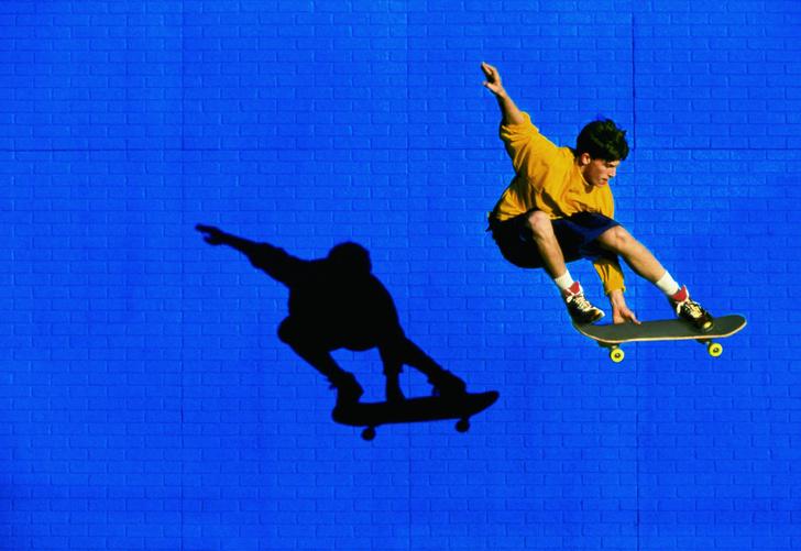 Фото №3 - «Игорю 73 года. Он катается на скейте с 1981-го!»: Пожилой скейтбордист добавляет улыбок серому дню