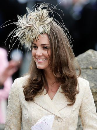 Фото №3 - До свадьбы и стилиста: какими были официальные выходы Кейт в статусе подруги принца