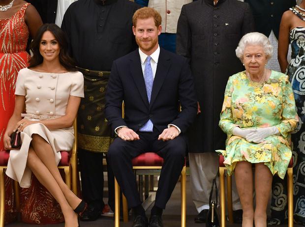 Фото №2 - Как Королева отреагировала на «оскорбительное» заявление Сассекских