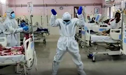 Фото №1 - Танцуют все: в индийских ковидариях медики отплясывают вместе с пациентами на ИВЛ
