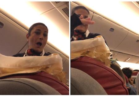 Пассажирка в самолете подшутила над спящим братом, и неожиданно розыгрыш поддержала бортпроводница (видео)