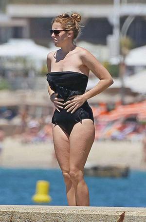Фото №36 - Королевский пляж: плавки и бикини монарших особ