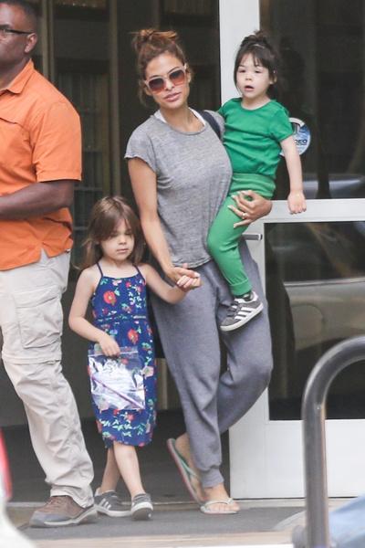 Ева Мендес с детьми