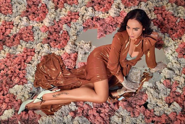 Платье, Elisabetta Franchi; туфли, Marni, lamoda.ru; сумка и перчатки, все – BonAppartement
