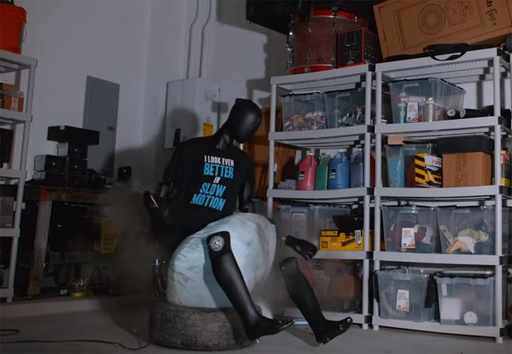 Фото №1 - Что будет, если прямо под человеком сработает автомобильная подушка безопасности (видео в слоу-мо)