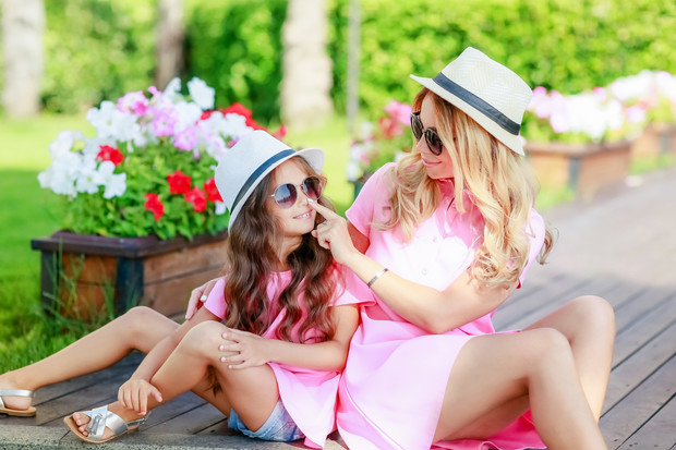 Фото №1 - Почему дочке нельзя носить мамины вещи: 5 причин