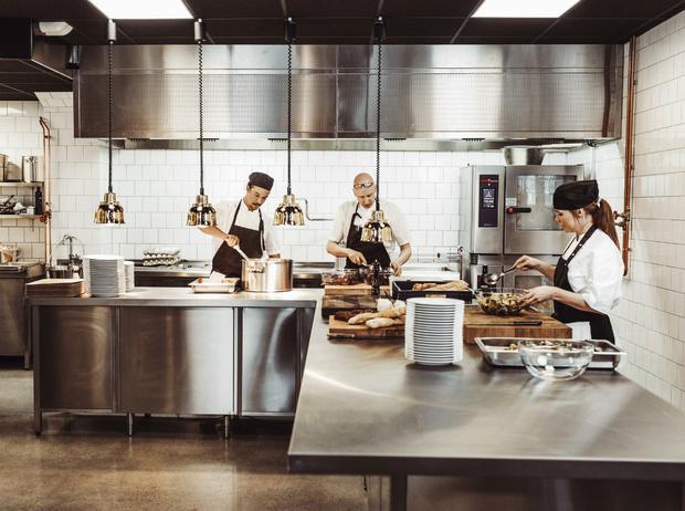 Фото №11 - Уловки в ресторанном меню, из-за которых вы переплачиваете и переедаете (и как на них не попасться)