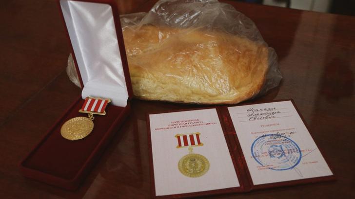 Фото №9 - В Крыму чиновницы в шубах подарили ветеранам по батону хлеба и медальке, но потом попытались «забыть» об этом (фото)