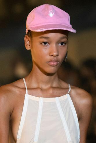 Фото №17 - Шляпы, панамы и кепки: модные головные уборы для лета 2020