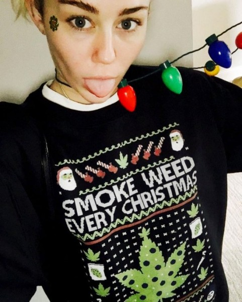Фото №4 - Ugly Sweater Day: самые угарные фотки звезд в нелепых свитерах
