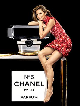 Фото №3 - Жизель Бундхен в рождественской рекламе Chanel №5
