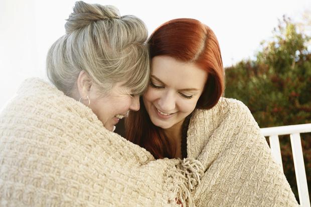 Фото №1 - «Ты станешь бабушкой»: как сказать маме о беременности