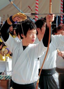 ALAMY/PHOTASЕщё с XII века, с эпохи Камакура, когда в Японии формировалось самурайское сословие, а страну раздирали междоусобицы, японцы соревновались в одном из своих древнейших боевых искусств — стрельбе из лука, или кюдо.