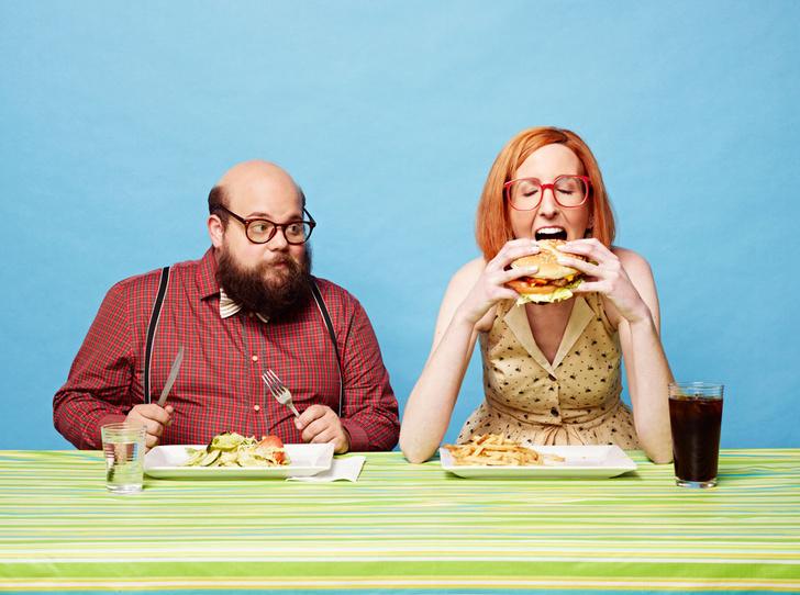 Фото №2 - Ученые выяснили: человек ест больше в компании полных людей
