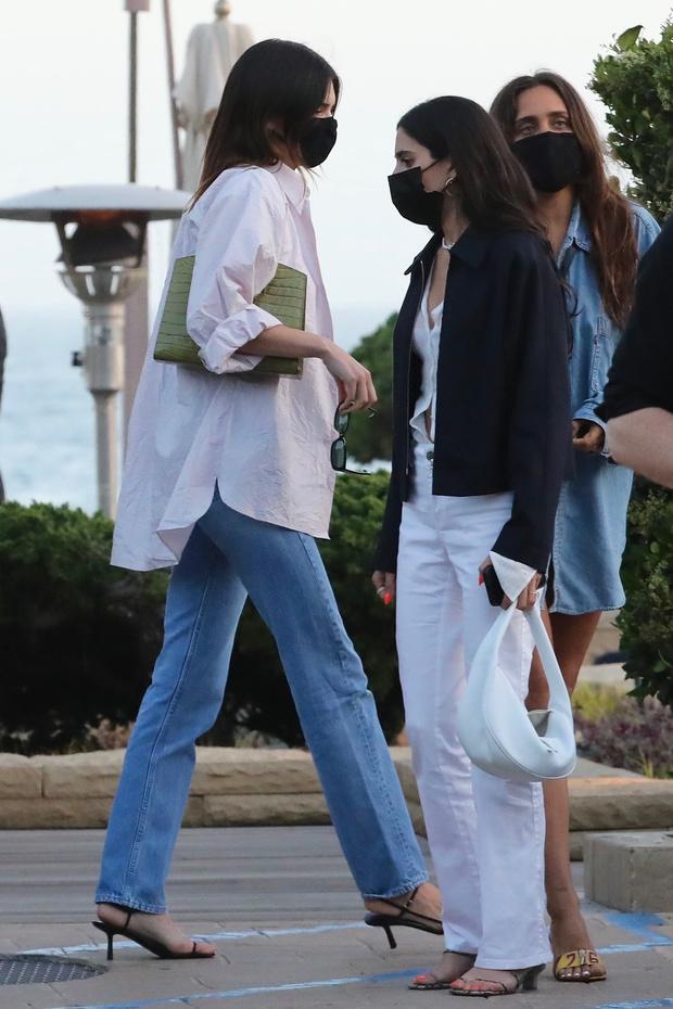 Фото №3 - Идеальные джинсы + кроп-топ + рубашка бойфренда— Кендалл Дженнер показывает, какие вещи должны быть в гардеробе у каждой
