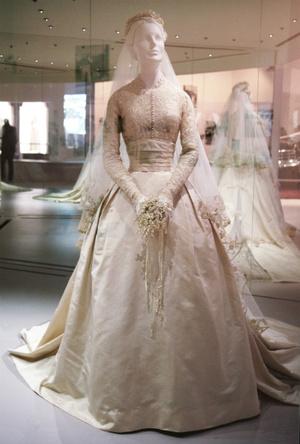 Фото №6 - Вдохновение для герцогини: чье свадебное платье скопировала Кейт Миддлтон