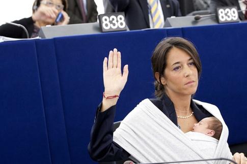 Личия Ронзулли, депутат Европарламента. Вышла на работу с семинедельной дочкой
