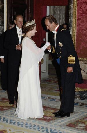Фото №27 - Искусство реверанса: как современные принцессы и королевы приветствуют друг друга