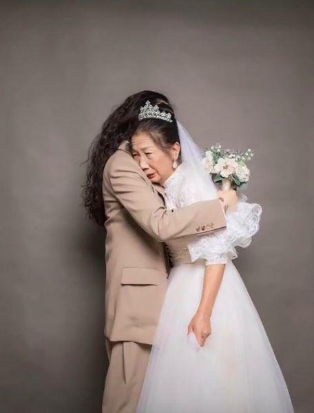 Фото №2 - Дочь подарила маме свадебную фотосессию, которой у той никогда не было