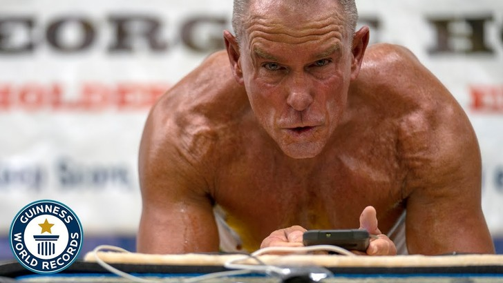 Фото №1 - Мужчина поставил мировой рекорд стояния в планке (видео)