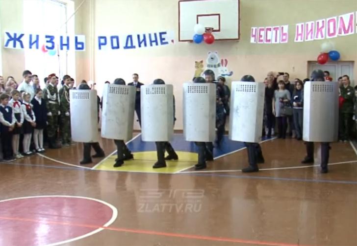 Фото №1 - В Челябинской области школьникам на утренник привели спецназ ФСИН и устроили показательный разгон митинга (видео)