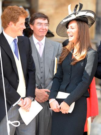 Фото №9 - До свадьбы и стилиста: какими были официальные выходы Кейт в статусе подруги принца