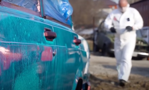 Фото №1 - Русские мужики взяли и покрасили автомобиль зеленкой (видео)