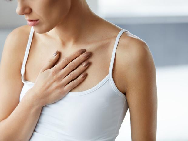 Фото №1 - Не только сердце: о каких проблемах со здоровьем говорит боль в груди