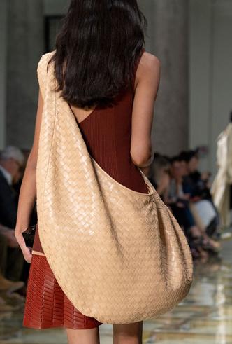 Фото №45 - Самые модные сумки весны и лета 2020