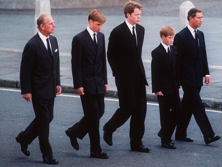Фото №3 - «Долг», который Уильяму и Гарри придется отдать принцу Филиппу (несмотря на их конфликт)