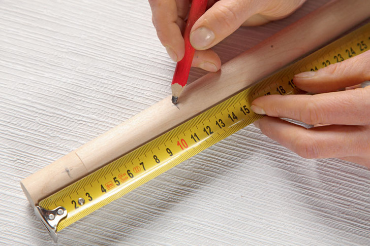 На рейке с обеих сторон намечают сначала отступы в 2,5 см, а затем еще девять отступов на расстоянии 8,5 см друг от друга.
