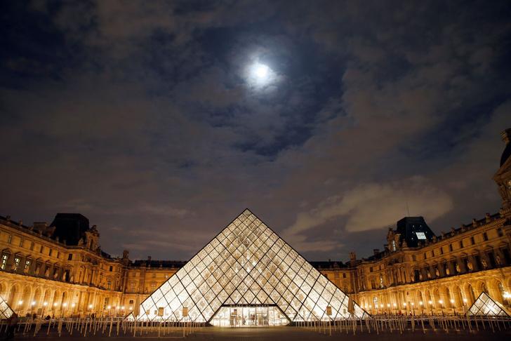 Фото №1 - Пирамида Лувра отмечает юбилей