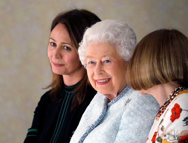 Фото №4 - Впервые в жизни: Королева Елизавета II посетила модный показ