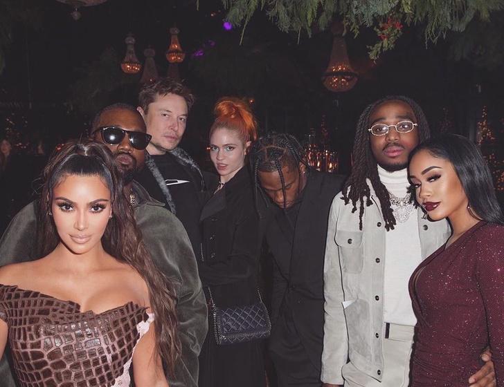 Граймс (в центре) будто специально оделась так, чтобы живот не было видно