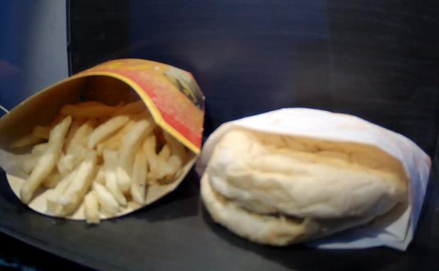 Фото №1 - Последнему исландскому бургеру из «Макдоналдс» исполнилось 10 лет— и он вообще не изменился