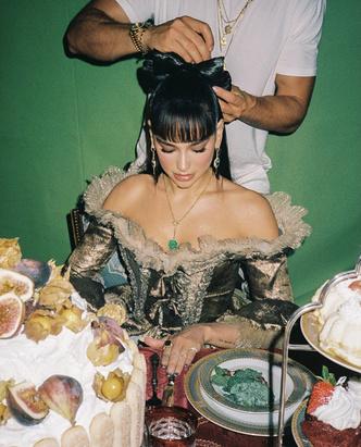 Фото №3 - Такой вы ее еще не видели: Дуа Липа в платье XVIII века