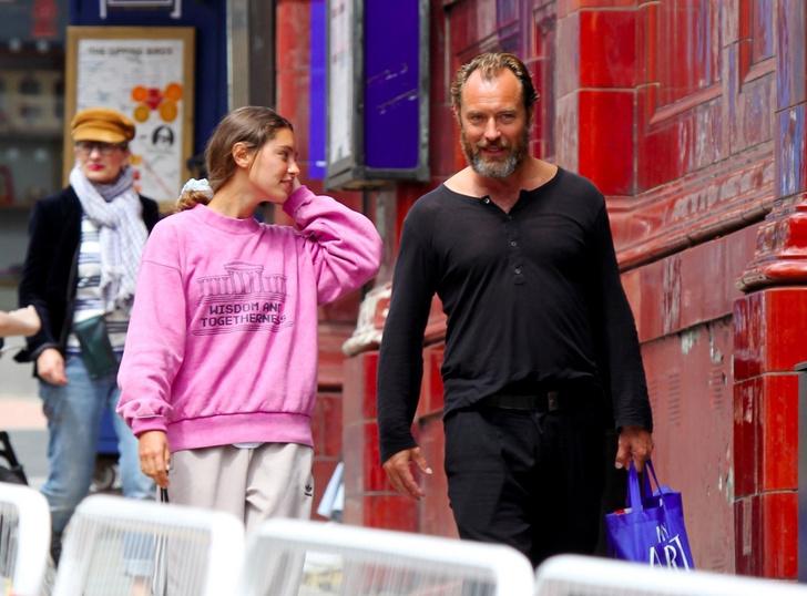 Фото №2 - Очень стильная идиллия: Джуд Лоу на прогулке с дочерью, топ-моделью