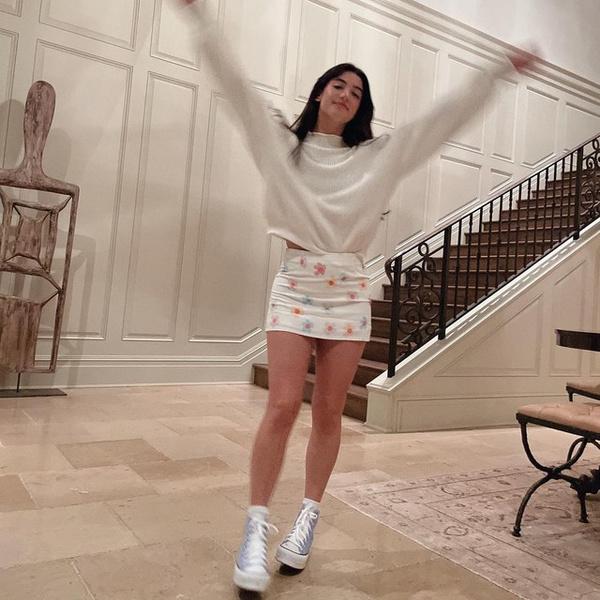 Фото №1 - Чарли Дамелио показала стильный лук с мини-юбкой в цветочек 🌸