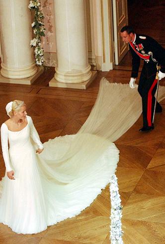 Фото №10 - Почему свадебное платье Меган Маркл было таким скромным (на самом деле)