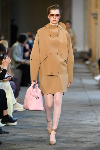Фото №2 - Идеально скроенные пальто, самые стильные тренчи и брючные костюмы на показе Max Mara