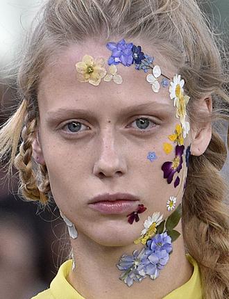 Фото №2 - Стразы и наклейки на лице: новый beauty-тренд