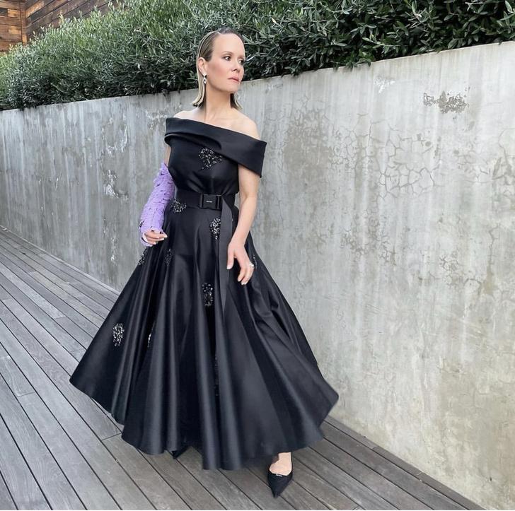 Фото №2 - Даже в гипсе дьявол носит Prada. Сара Полсон на «Золотом глобусе-2021»