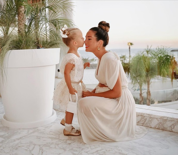 Фото №1 - Когда няня— вторая мама: кто воспитывает детей звезд