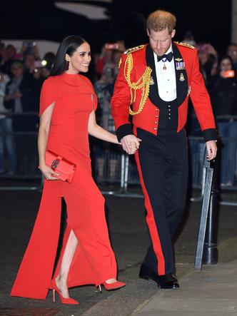 Фото №6 - «Золото» за стиль: новый и по-настоящему королевский выход Кейт (не обошлось без «привета» Меган)
