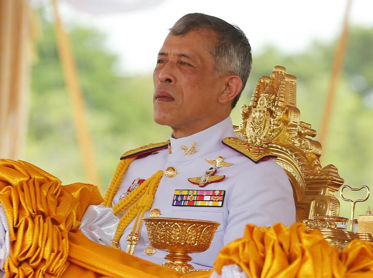Фото №1 - Король Таиланда позволил себе многоженство