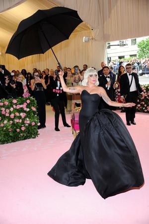 Фото №3 - Леди Гага разделась на красной дорожке Met Gala