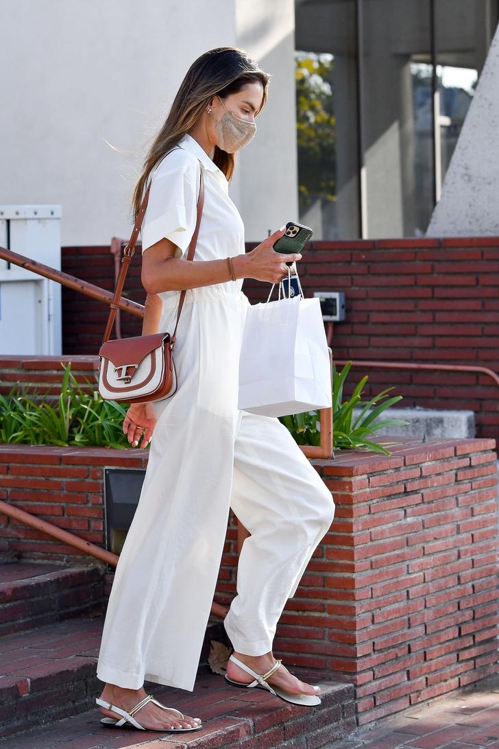 Фото №3 - Комбинезон с очень широкими брюками— наряд, который вы полюбите всем сердцем. Вдохновляющий модный пример Алессандры Амбросио