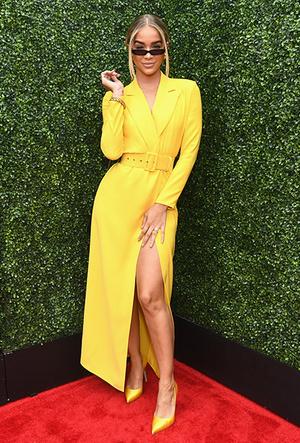 Фото №3 - Цвет силы: как Мелания Трамп, Меган Маркл и другие успешные женщины вводят в моду желтые платья