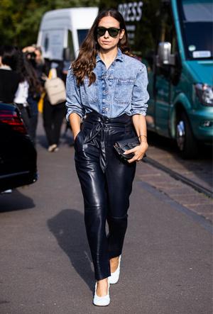 Фото №13 - Как носить кожаные брюки: самые стильные и простые сочетания